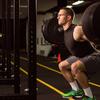 筋パワーを向上させ、競技パフォーマンスを高める3つの基本トレーニング(スクワットやデッドリフトなどの伝統的な多関節ウェイトトレーニング、爆発的なプライオメトリックトレーニング、およびクリーン&ジャークなどのウェイトリフティングエクササイズになる)