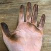 いつも気にしていないけれども考えたらいつも手が真っ黒かもー。