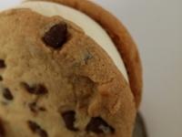 ステラおばさんのクッキーサンドアイスのレビュー。幸せでお腹も心も一杯になる美味しさに大満足。