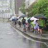 登校の風景:雨が強くなってきて…
