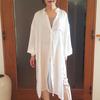 透け感のある白いシャツワンピースは売り切れ続出のトレンド