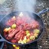キャンプ飯 焚き火とスキレットで作るスペアリブのトマト煮が美味しい。