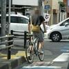 17号の自転車レーンをふらふら走る年配のノーヘルクロスバイク これは車から見たら本当に怖い!?