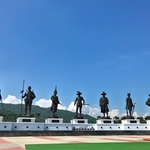 「ラーチャパック公園(Rajabhakti Park)」~こんな広大な土地にタイの7代王の銅像が一同に勢揃い!!
