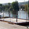 平和な日曜日...チェコ人は川の上でもビーチバレーやる