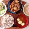 雑穀ごはん、あおさと麩のみそ汁、肉じゃが、水菜とポテトサラダ、小粒納豆。