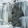 馬淵川岸壁が巨大な氷壁になった