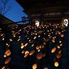 竹灯篭で照らされる総持寺山門