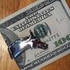 財布をマネークリップ変えたら、お尻とクレジットカードへの負担が減ったように思う。