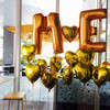 結婚式のウェルカムスペースにゴールドイニシャルバルーン