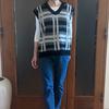 秋の半ばに着たいニットベスト① グレンチェックの大人カラーを白Tシャツにレイヤード