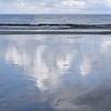 渚のサーフ物語。「梅雨の雨か寄せる小波が濡らした海砂で潮の香りに包まれて、波間に漕ぎ出す静寂の朝」の巻。