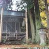 諏訪大社本宮のすぐ近くにある蚕玉神社の御柱