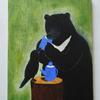 ミルクを飲んでいる熊とそれを見るカラスの絵を描きました
