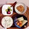 大根とかまぼことこんにゃくの煮物、小粒納豆、ぶどうバナナヨーグルト。