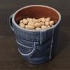 大豆をコップに入れて飲むように食べる