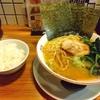 大宮の「横浜らーめん桜花」で家系を食べる。程よい濃さにメンマで中華そば風になってる!まろやか食べやすい一杯、どうでしょう?