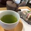 『茶菓 きみくら』で採れたての新茶を、和菓子とともに味わった。静岡のお茶は濃くて甘みがあって美味しいのだ。