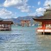 広島県 宮島 満潮 白波立つ海の上の 「厳島神社」、強い風が歓迎! ザワついている海 感動です