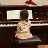 ピアノの練習に夢中の娘