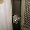 不本意な予備錠取付(框ドアサッシに無理気味な面付け錠の再ミス)