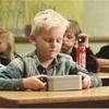 中身が空のお弁当箱を持つ少年。感動の結末。この動画は一体?