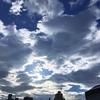 早朝に曇り空から夏空が覗くと外に飛び出したくなる