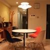 丸いカフェテーブルは、イームズ コントラクトベーステーブル