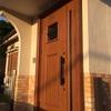 外壁を塗り直すタイミングで玄関ドアも交換してみませんか?玄関ドアの交換工事は一日で終わらせることができますから!