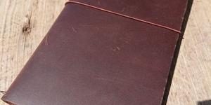 トラベラーズノートの連結バンドを使わずに簡単にノートを2冊挟む方法