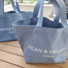 ブルーが可愛い ディーン&デルーカハワイの注目のトートバッグをお土産に。マザーズバッグとしても使えるね。