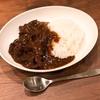絶対においしい「牛すじカレー」の作り方・レシピを紹介。圧力鍋なしでプロ並みの一皿が作れます。
