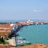 イタリア・ヴェネツィア: サン・ジョルジョ・マッジョーレ島の教会と鐘楼からの景色