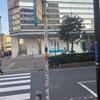 カラーテープの巻かれた道路標識は横浜駅西口でも存在します