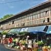 「ファランポーン駅」から運河沿いに行くと、こんな場所にディープな円形型の建物周辺にローカル市場があった!!