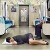 電車の中で寝る人は1ヶ月を無駄にする