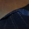 トラウザーズの折り返しは、糸で留めるべきか、スナップで留めるべきか