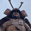 湯河原駅前に立つ 土肥実平と奥方の銅像(湯河原町)