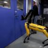 首無しの黄色いロボット犬、SpotMiniは、ジュラシックパークのあのシーンを思わせる