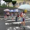 登校の風景:今朝も雨降り登校