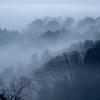 まるで水墨画のような幻想的な美しさ。霧がかかる奈良、信貴山の山並み。