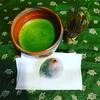 東京のシェアハウスにて抹茶一服、キザですがまさに「住する処なきをまず花と知るべし」かな、と思いつつ福井県の昆布屋孫兵衛さんの【いちご餅】