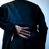 「休むと痛い・動くと楽になる」強直性脊椎骨増殖症(ASH)とは?