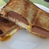 スパムと目玉焼きとチーズのホットサンド