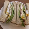 ボリューム満点のレタスとハムと卵のサンドイッチ