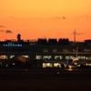 鹿児島空港と飛行機と夕焼け。