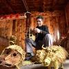 龍勝県「草編み芸人」、トン族風情を作り出す