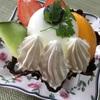 創作菓子工房ボンワール『シェフの気まぐれパフェ』まん中に乗っているラ・フランスのさっぱりとしたムースの食感がたまらない!