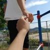 渡り棒を初めて渡る時のコツ。小学生の子供と手を繋げるのは何年生までだろう。父親は子供と手を繋ごう。