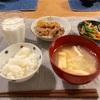 ごはん、すき焼、ほうれん草人参もやしのナムル、揚げと大根の味噌汁